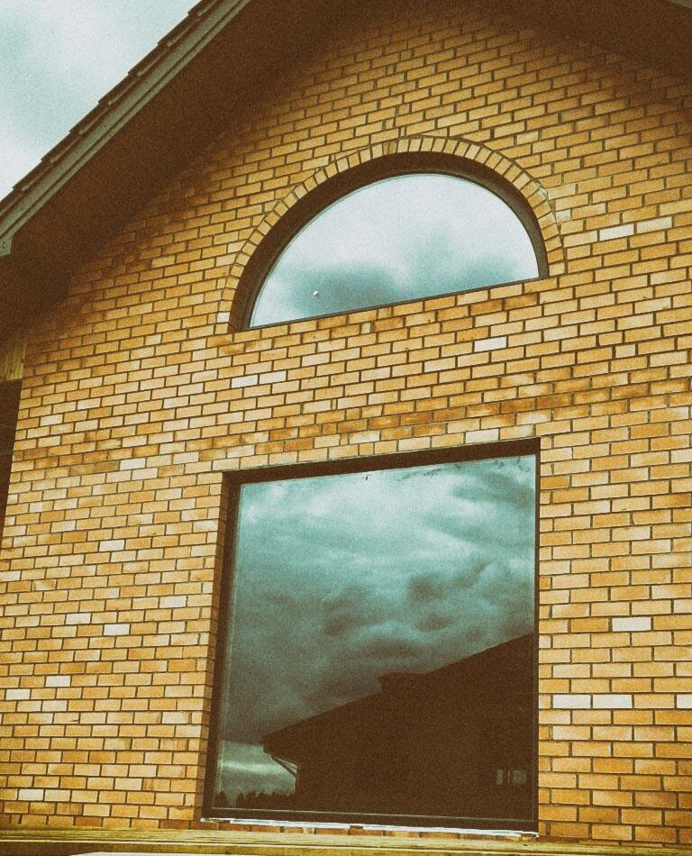 фото кирпичных домов с арочными окнами уже четыре