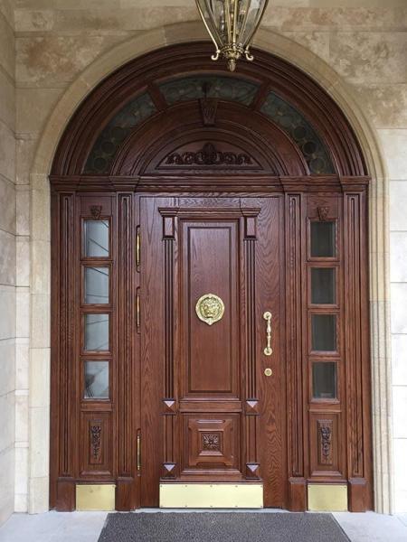 Арочная входная дверь из дерева