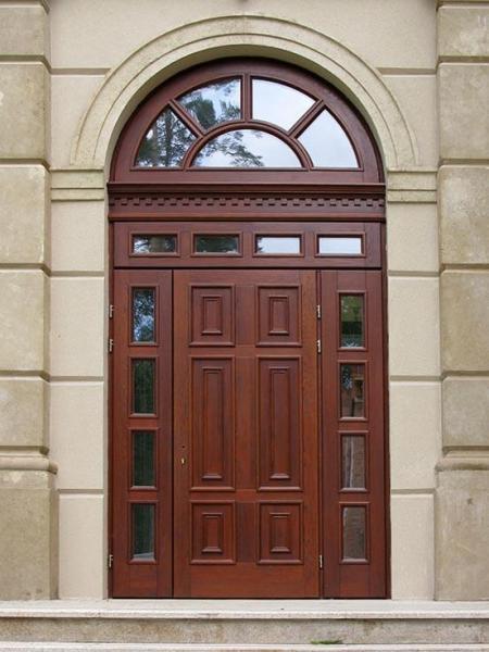 входная дверь из дерева с аркой