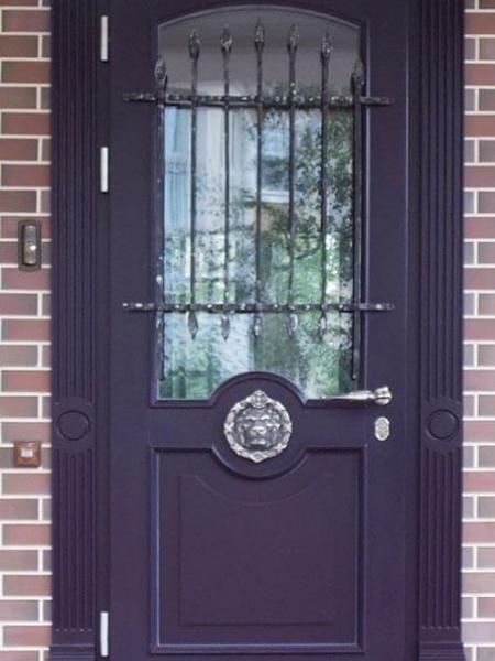 классическая входная деревянная дверь со стеклом