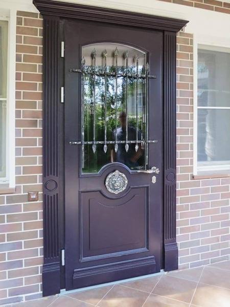 классическая входная деревянная дверь со стеклом и решеткой