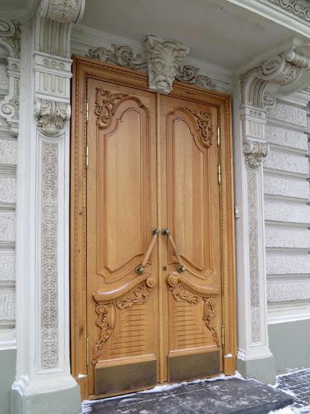двухстворчатая входная дверь из массива