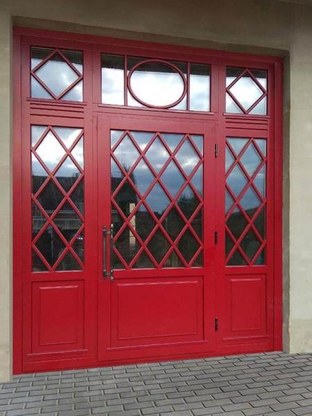 Красная трехстворчатая входная дверь из древесины с ромбической раскладкой