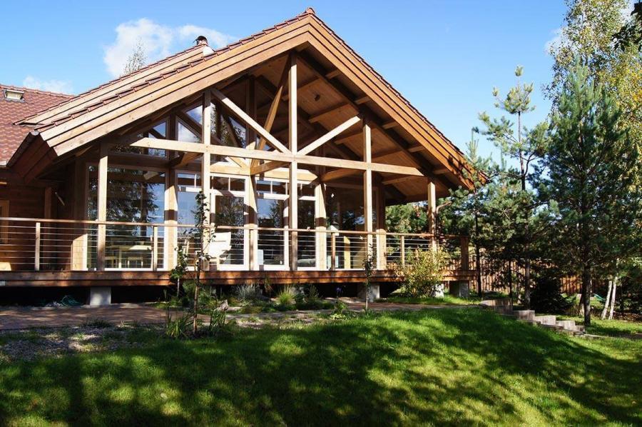 dom-s-bolshimi-oknami-i-patio-1
