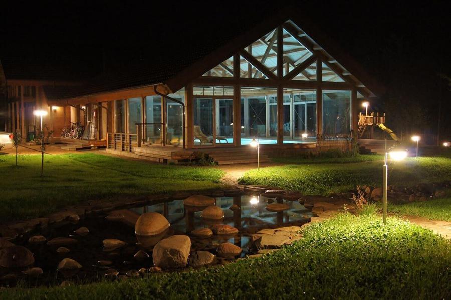 dom-s-bolshimi-oknami-i-patio-4
