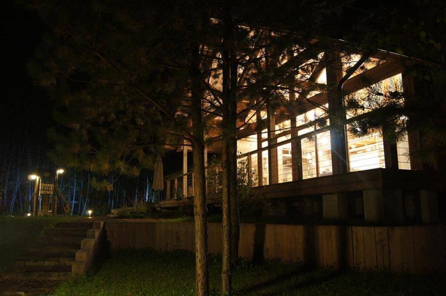 dom-s-bolshimi-oknami-i-patio-5