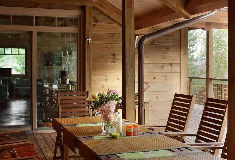 dom-s-bolshimi-oknami-i-patio-7