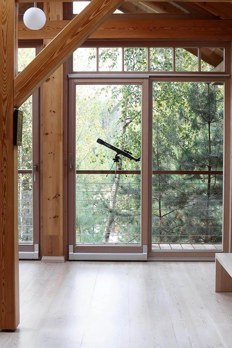 dom-s-bolshimi-oknami-i-patio-8