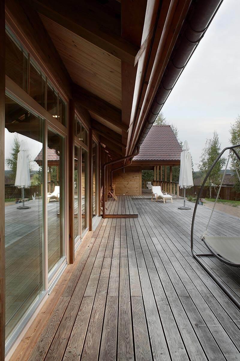 dom-s-bolshimi-oknami-i-patio-9