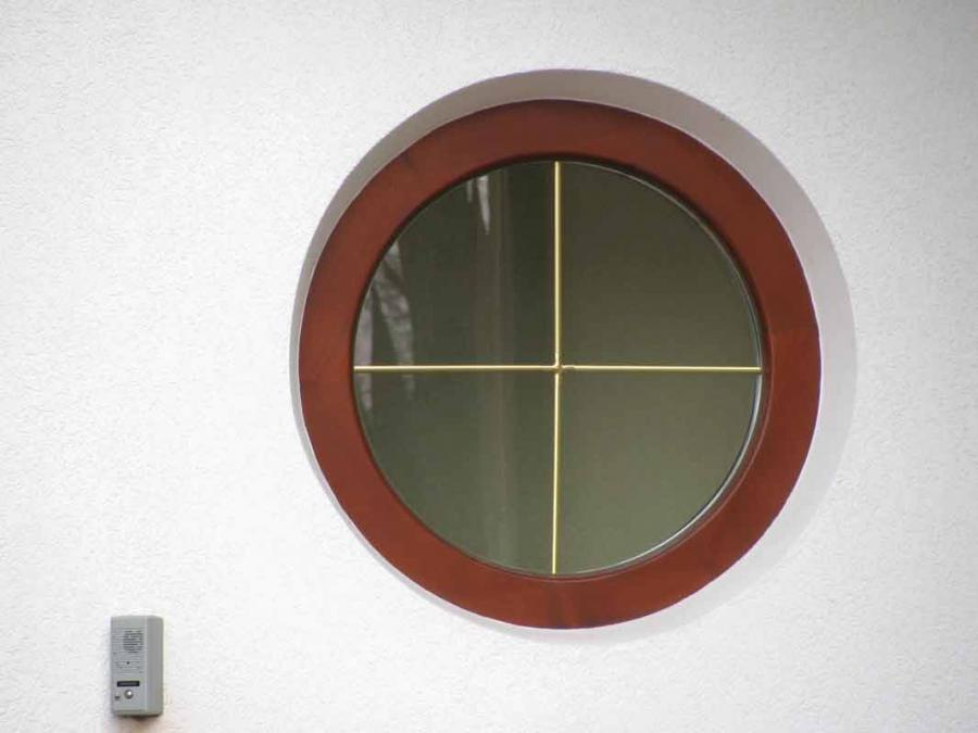 kottage-with-windows-of-wood-all-degree-circle-window