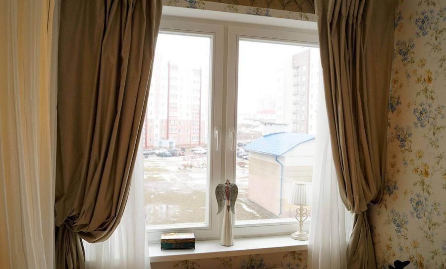 Окно из дерева в интерьере