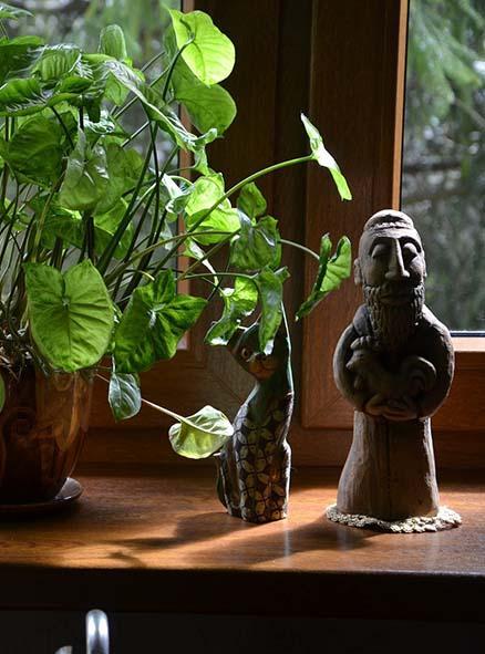 подоконник из дерева с глиняной фигуркой