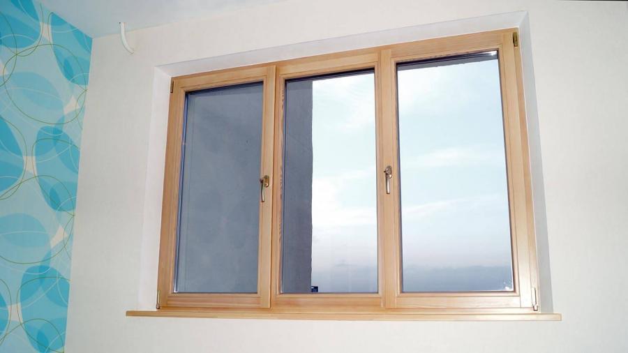 Деревянные трехстворчатые поворотно-откидные окна и подоконники в квартире на пр Независимости 1