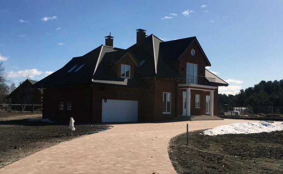 Вид на дом с дорожки