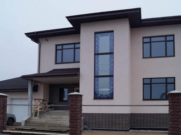 Остекление частного жилого дома деревянными окнами с витражем