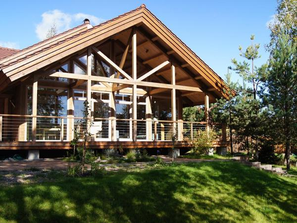 Дом под Минском с красивыми панорамными окнами и патио