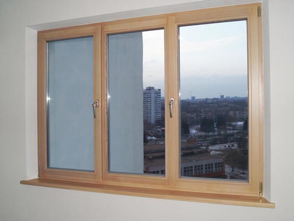Деревянные трехстворчатые поворотно-откидные окна и подоконники в квартире на пр Независимости 2